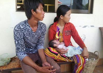 Một đôi vợ chồng cùng con nhỏ cũng bị bắt vì khai là sinh ở bên Campuchia