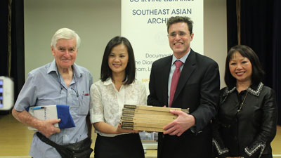 Ông Talbot Bashall và cô Carina Hoàng trao tặng bộ sưu tập Thuyền Nhân VN ở Hong Kong cho tiến sĩ Thụy Võ Đặng của đại học Úc Irvine In California. (từ trái ông Talbot Bashall, tiến sĩ Thụy Võ Đặng , ông John Renaud, và cô Carina Hoàng.