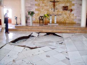 Nền nhà thờ có thể sụp lở bất cứ lúc nào.