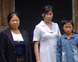 Chị Hồ Thị Bích Khương (aó trắng) con trai Nguyễn Trung Đức và bà chị Hồ Thị Lan ảnh chụp năm 2009 sau đó chị bị bắt giam đến nay.RFA file