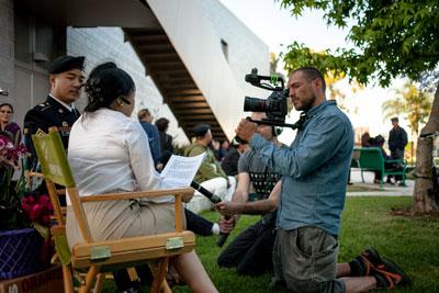 Diễm Thúy đang đạo diễn cho một thanh niên làm nền trong phần cuối của phim Unforgotten
