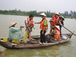 Khách du lịch tập quăng lưới đánh bắt cá.Courtesy Báo Tin Tức