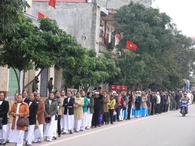 Giáo dân Tam Tòa dự Thánh Lễ ngoài đường phố