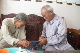 Lão ngư Trương Văn Trọng (phải) đang xem bản đồ Hoàng Sa. Courtesy Nguyen Van Dong