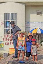 Chị Vũ Thị Thơm và hai con. RFA