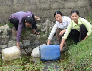 Bà con nông dân nghèo phải vận chuyển và sử dụng nguồn nước bẩn ,nhiểm phền