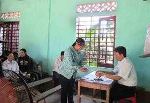 Một số hộ nghèo ở Thôn Hoàng Du. - Xã Kì Khang Huyện Kì Anh- Tỉnh Hà Tĩnh đến gặp Linh Mục xin vay vốn hàng xáo.