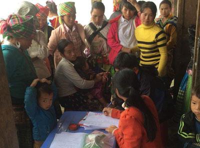 Bà Nguyễn Thị Hồng Minh đang làm việc với phụ nữ H'mông ở Trạm Tấu, Yên Bái
