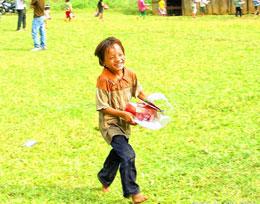 Nụ cười rạng rỡ khi nhận được quà của nhóm Cùng Em Vững Bước. RFA