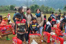 Nhóm Cùng Em Vững Bước trao quà cho các em dân tộc ở Thái Nguyên. RFA