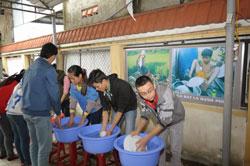 """Sinh viên làm việc thiện nguyện trong """"Bếp ăn sinh viên"""" ở Huế. Courtesy Eyes Of Compassion."""