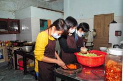 """Sinh viên làm việc thiện nguyện trong """"Bếp ăn sinh viên"""" ở Nha Trang. Courtesy Eyes Of Compassion."""