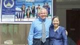 Tiến sĩ Ted Chase và tiến sĩ Changsanga Valakone của trường quốc tế Kietisak