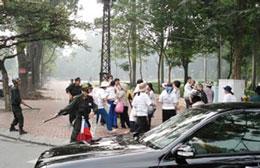 Công an đang giải tán nhóm dân oan ở Hà Nội, năm 2009. RFA file