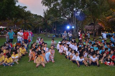 Trung tâm Giúp ích Cộng đồng tổ chức Trung Thu cho trẻ em tại khu Du lịch Văn Thánh.