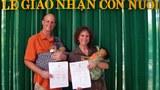 Vợ chồng Johanne và Michael Wagner hôm chính thức nhận cặp song sinh Bình và Phước từ cơ quan xin và nhận con nuôi