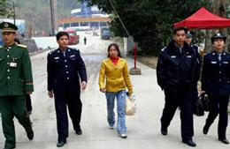Công an Trung Quốc đưa một phụ nữ Việt là nạn nhân của bọn buôn người đến biên giới Việt-Trung trao trả cho phía Việt Nam năm 2011. Ảnh minh hoạ AFP