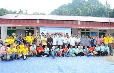 Trường Lũng Cà đã xây xong, các nhóm chụp hình lưu niệm. Hình do Anh Đặng Ngọc Sơn cung cấp.