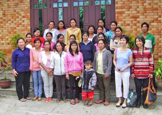 Ảnh chụp 20 hộ dân Mạ ở thôn Đa Nghịch-Bảo Lộc đến buổi trao đổi và phát vốn đợt 5 cùng hai đại diện của AVNES và Hope - MiFi (bên phải hàng đầu)