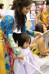 Hoa Hậu Việt Nam DC 2011, vui với các em nhỏ . Ảnh do tác giả gởi