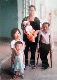 Vợ chồng anh Cúng chị Thơm, hai con và người bạn hàng xóm. RFA