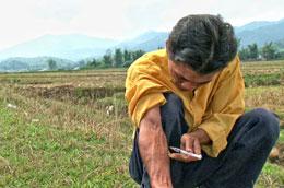 Anh Trung đang tiêm ma túy vào cánh tay (cảnh trong phim)