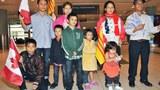 Gia đình của anh Siu A Nem và 7 người con khi đến Canada