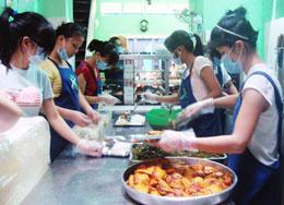 Các khâu chế biến ở đây được làm theo một dây chuyền khá sạch sẽ. Người làm bếp phải dùng khẩu trang và bao tay.Source nguoitoicuumang.com