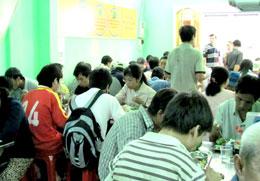 Quán đông nghẹt người gồm đủ thành phần: người lao động, học sinh, sinh viên. Căn nhà là của một thành viên trong diễn đàn.Source nguoitoicuumang.com