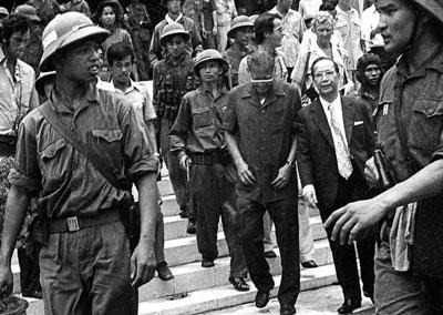 Tổng thống Dương Văn Minh, vị tổng thống cuối cùng của Sài Gòn, rời dinh tổng thống ngày 30 tháng 4 năm 1975 sau khi tuyên bố đầu hàng trên đài phát thanh.