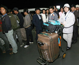 Một số công nhân đợi chuyến bay đi lao động nước ngoài. AFP