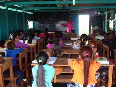 Học sinh Việt tại tỉnh Pursat trên Biển Hồ.