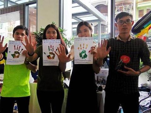 Các bạn trẻ ủng hộ chiến dịch Đừng Im Lặng Với Nạn Xâm Hại Tình Dục Trẻ Em trên mạng.