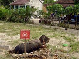Một quả bom thời chiến tranh Việt Nam vừa được khai quật gần một ngôi nhà ở trung tâm tỉnh Quảng Trị hôm 27/6/2005.AFP