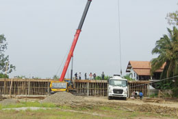 Công trình xây dựng trường Quốc Tế Kiettisak của nhóm công nhân người Việt. RFA