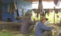 Hai công nhân Việt đang chuẩn bị thép đúc dàn. RFA