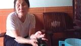 Bà Trần Thị Lựu đang kể lại cuộc đời cơ khổ.
