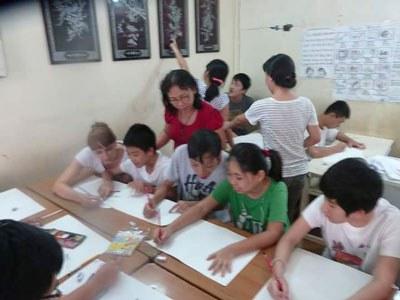 Cô giáo Giang Thị Nhiên trong một lớp học vẽ do Doanh Nghiệp Xã Hội Tòhe triển khai tại Trung Tâm Tự Kỷ Phúc Tuệ ở Hà Nội.
