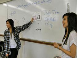 Hai cô giáo trẻ Đan Vy và Ngọc Hiếu, dạy lớp 1A4 của Trung Tâm Hồng Bàng, hai bạn trẻ này đã từng là học sinh của Trung Tâm Hồng Bàng, nay quay về dạy lại các em nhỏ - ảnh: Băng Huyền/Viễn Đông