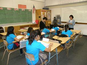 Cô giáo và các em học sinh cấp lớp 7 trong giờ học tại Trung Tâm Hồng Bàng ảnh: Băng Huyền/Viễn Đông