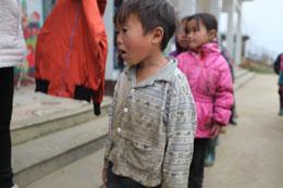 Những cháu bé đợi đến lượt lãnh quần áo ấm và giầy bốt. RFA