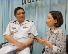 Đại úy hải quân Panom Kuanpradit trả lời phóng viên Thanh Trúc RFA