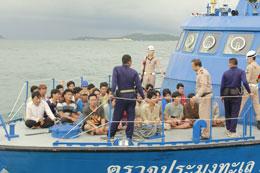 Sau khi bị bắt các ngư dân Việt được đưa lên tàu của Thái Lan. RFA