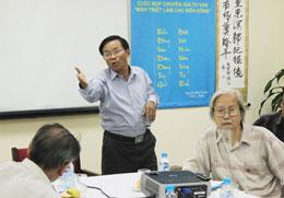 Nhà nghiên cứu Nguyễn Khắc Mai (phải), giám đốc Trung Tâm Minh Triết và tiến sĩ Đinh Hoàng Thắng (giữa), tổng thư ký chương trình Minh Triết làm chủ Biển Đông tại buổi ra mắt chương trình ngày 31/8. Photo HL