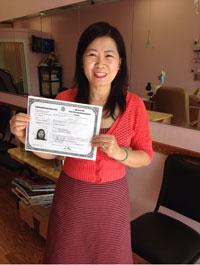Cô Tuyết Mai với chứng chỉ quốc tịch Mỹ trên tay.