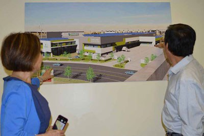 Ông David Dương (phải) giới thiệu với phóng viên Thanh Trúc về một dự án mới của Cal Waste Solutions tại Hoa Kỳ.