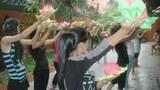 Các em bé gái đang tập múa tại trung tâm Senhoa