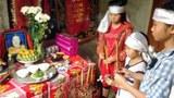 3 chị em Trương Thị Huyền ( lớp 9) Trương Thị Trang (lớp 7), Trương Thị Hoài Thu (lớp 3) ở thôn Gia Tịnh, xã Sơn Trạch, huyện Bố Trạch, tỉnh Quảng Bình thắp nhang lên bàn thờ ba mẹ