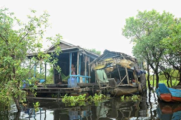 Khung cảnh một gia đình người Việt sống trên nghe ở tại làng nổi Chong Khneas trên vùng Biển Hồ Kampuchia