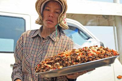 Một em bán hàng rong trên bến phà Neak Leoung. RFA